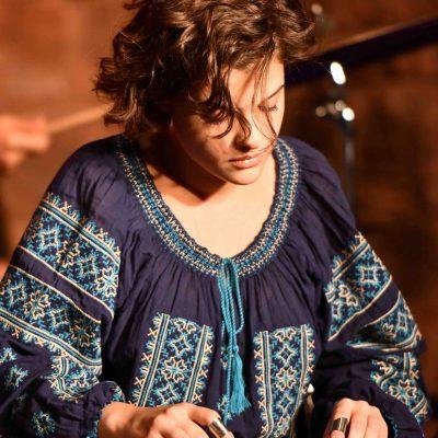 Eleanna Pitsikaki von EPI music spielt Kanun auf einem Konzert