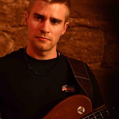 Heiko Duffner von EPI music spielt live E-Gitarre auf einem Konzert