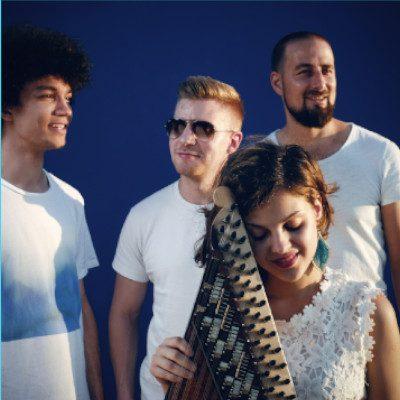 EPI music | Bandfoto mit Kanun vor blauem Hintergrund