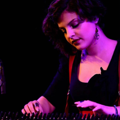 Eleanna Pitsikaki von EPI music, Fotografie live Musik am Kanun, quanun, qawanin, Kastenzither