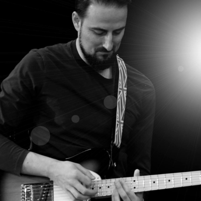 Schwarz-weißes Foto von Heiko Duffner von EPI music spielt live E-Gitarre