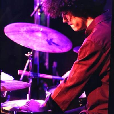 Nicholas Stampf von EPI music spielt live Schlagzeug